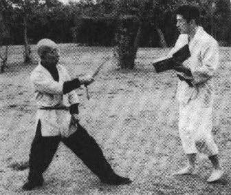 Hatsumi Sensei aprendiendo la lección de manos del Gran Maestro Takamatsu