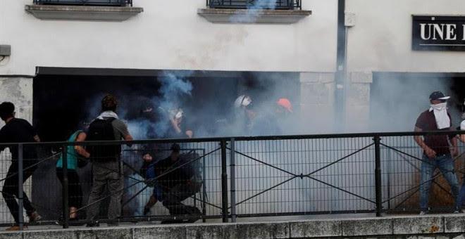 La Policía francesa disuelve una manifestación de la contracumbre del G7 en Bayona. EFE/Javier Etxezarreta