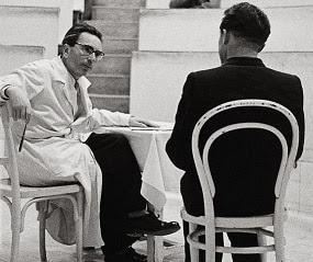 Der Psychotherapeut Viktor Frankl während einer Vorlesung an der Universität Wien. Photographie. 1954.