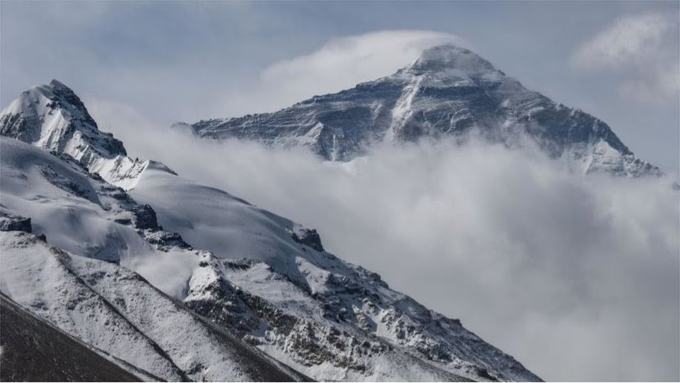 Mount Everest: Chinese team summit during pandemic