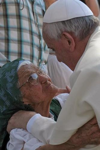 Abrazando a una viejecita