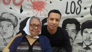 Doña Liduvina Hernández, viajó acompañada de su nieto Lenin, hijo de Enrique, a quien el Estado le negó la oportunidad de crecer junto a su papá