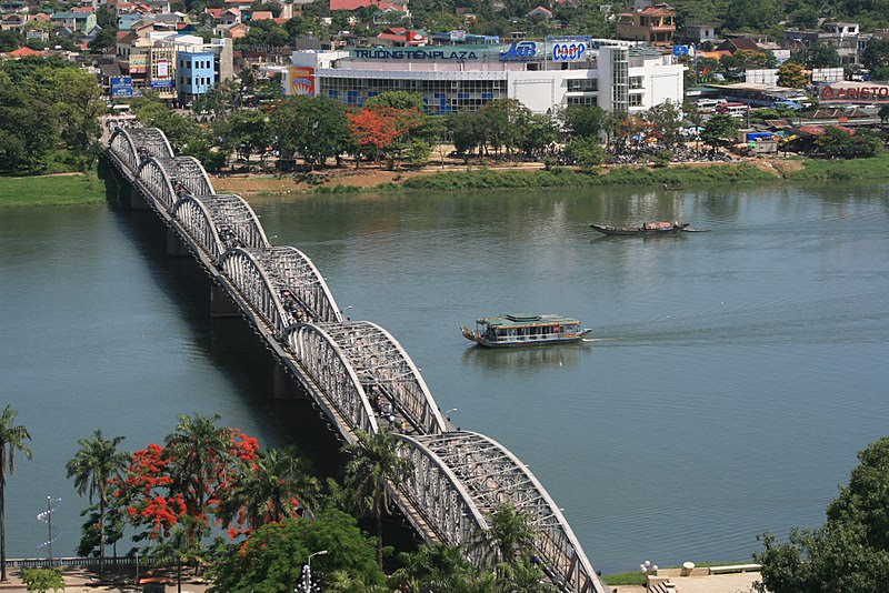 File:Truong Tien Bridge.jpg
