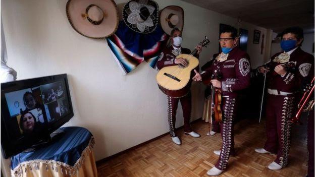 Músicos no Equador se apresentam por Zoom