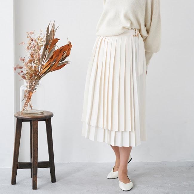 【ミモレ丈 ラッププリーツスカート】 ¥ 14,520 2段階調整ができるウエスト部分はスナップ ボタン式。 自分に合ったサイズ感で着用可能