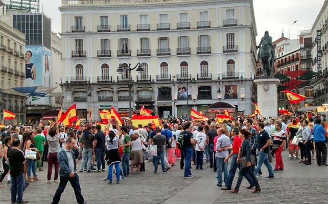 Vista de la concentración desde debajo del reloj de la Puerta del Sol.