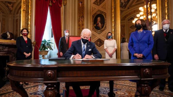 O presidente dos EUA, Joe Biden, assina três documentos, incluindo uma declaração de posse, nomeações de gabinete e nomeações de sub-gabinete, enquanto o vice-presidente dos EUA Kamala Harris assiste na Sala de Presidentes no Capitólio dos EUA após o 59º Inau