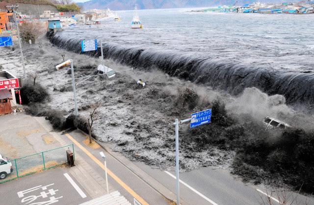 2. Irudia: 15 metroko tsunamiak babes hesia gainditu zuen.