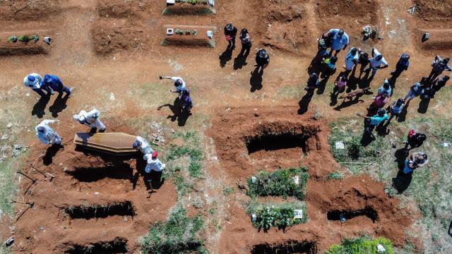 Brasil registra 2.082 mortes por Covid nesta quinta e se aproxima de 470 mil óbitos