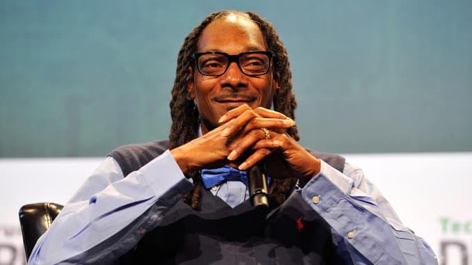 O artista de gravação Snoop Dogg fala no palco durante o primeiro dia do TechCrunch Disrupt SF 2015 no Pier 70 em 21 de setembro de 2015 em San Francisco, Califórnia.