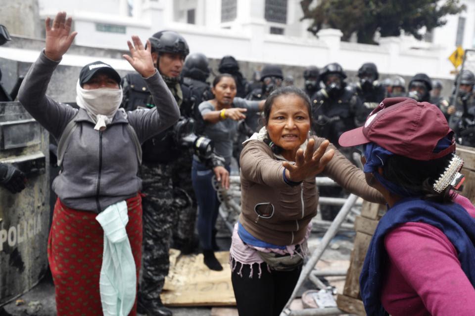 Máxima tensión en la entrada a la Asamblea Nacional en Quito.
