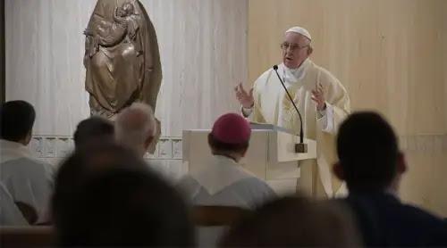 """El Papa pide vivir con austeridad: """"Que el Señor nos libre del mal del consumismo"""""""