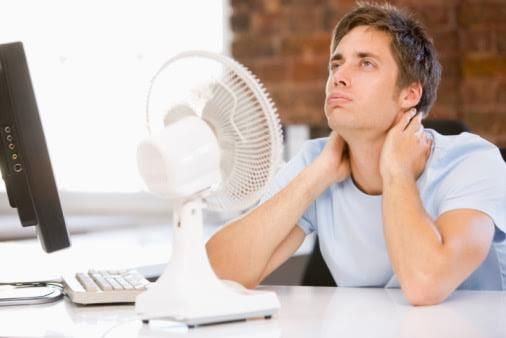 hombre frente a ventilador