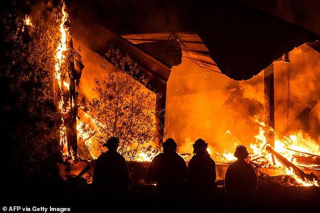 Die Propaganda von ISIS entspricht oft dem                       westlichen Elend des Tages und Waldbrände haben                       kürzlich in Kalifornien gewütet (im Bild:                       Feuerwehrleute sehen zu, wie eine Struktur während                       des Kincade-Feuers vom Highway 128, östlich von                       Healdsburg, Kalifornien, am 29. Oktober, brennt).