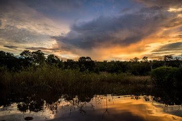 Puesta de sol en el río Tapajós, en lo profundo de la selva tropical del Amazonas.