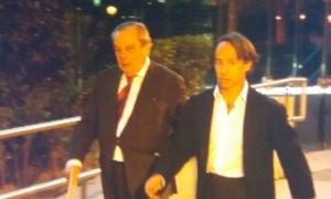 El empresario Adrián de la Joya, junto a su abogado a la salida de la Audiencia. PÚBLICO