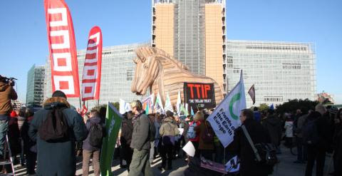 Imagen de los manifestantes concentrados frente a la sede de la Comisión Europea, en Bruselas, en la protesta contra el Tratado de Libre Comercio con EEUU. M.R.R.