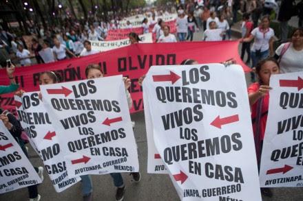 Estudiantes exigen la aparición de los normalistas de Ayotzinapa. Foto: Miguel Dimayuga