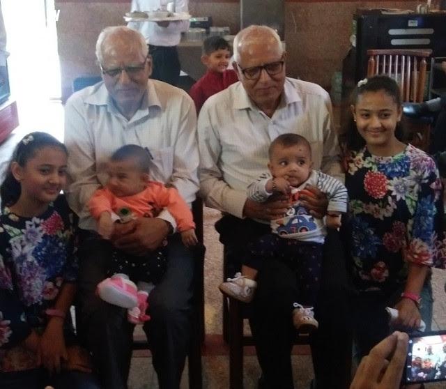2. Ba thế hệ trong một gia đình này có ba cặp sinh đôi,di truyền,sự giống nhau