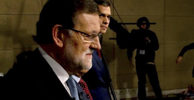 El presidente del Ejecutivo, Mariano Rajoy, y el líder del PSOE, Pedro Sánchez, candidatos a la presidencia del Gobierno para las elecciones generales del 20-D, a su llegada al debate moderado por el presidente de la Academia de Televisión, Manuel Campo V