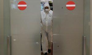 Imágenes de un sanitario en un hospital español./ EFE