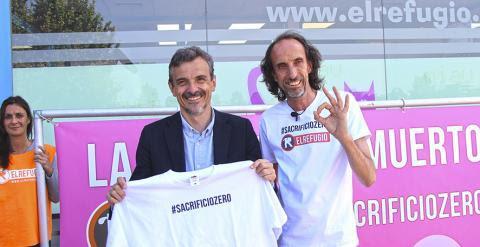 Jose Manuel Lopez, candidato de Podemos a la Presidencia de la Comunidad de Madrid, con Nacho Paunero compromentiendose con el Sacrificio Cero./ EL REFUGIO