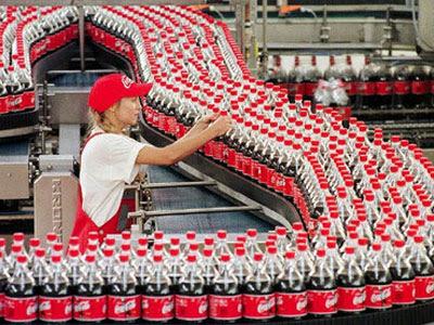 Una trabajadora durante su jornada en una embotelladora de Coca-Cola.