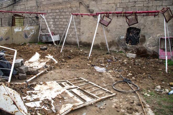 Tuées dans une frappe le 28 février dans le quartier de Wadi Hajar, 21 civils ont été enterrés au bout d'une quinzaine de jours dans le parc à jeu en face de la maison. © Jérémy André