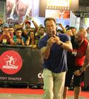 Arnold faz a festa do público com selfies (Vinicius Gomes / Savaget)