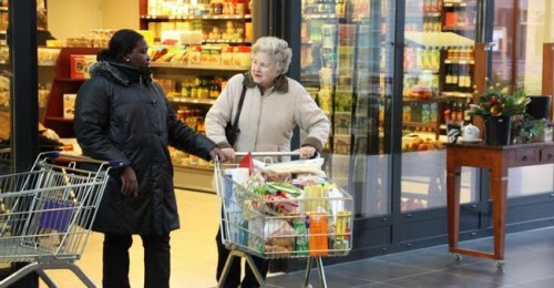 A vila projetada para abrigar idosos possui supermercado, restaurante, bar e cinema.