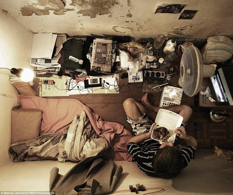 Căn hộ này, đó là 28 feet vuông, là quê hương của một người đàn ông thất nghiệp ở Hồng Kông