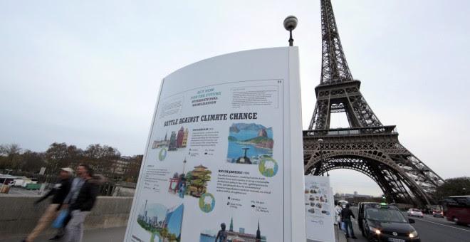 Un panel de información sobre el cambio climático en un puente cerca de la Torre Eiffel en París, donde se celebrará la Cumbre del Clima de 2015 (COP21), Francia. REUTERS / Eric Gaillard