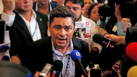 El líder opositor Carlos Vecchio protesta dentro de la sede de la 47ª Asamblea General de la Organización de Estados Americanos (OEA) en Cancún, México, el 21 de junio de 2017.